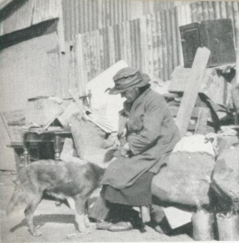 Aged women evicted from a slum house, North Melbourne, 1942