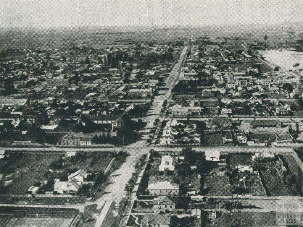 Looking eastward along Macalister Street, Sale, 1938