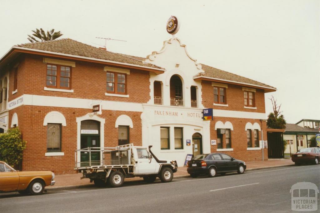 Pakenham Hotel, 2002